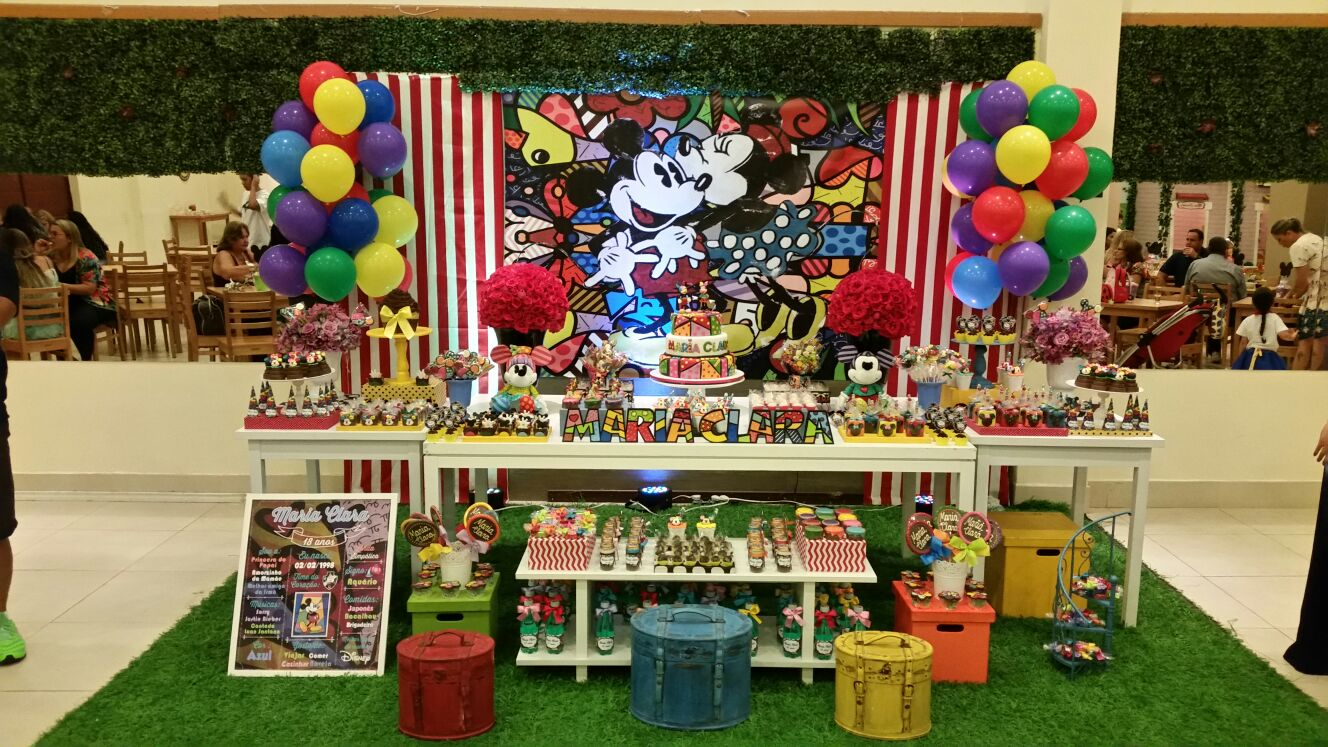 Foto da mesa do bolo da festa com tema Turma do Mickey